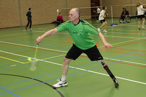 Eddy Boerman, eerste persoon in Nederland die op een blade badminton speelt.   Eddy speelt tegen en  met valide badmintonners. Gisteren wist hij het toernooi in Delft te winnen. Integratie van gehandicaptensport ten top. Kijk ook eens op de website van Eddy ! http://www.eddyboerman.loopt.nl/photo.htm